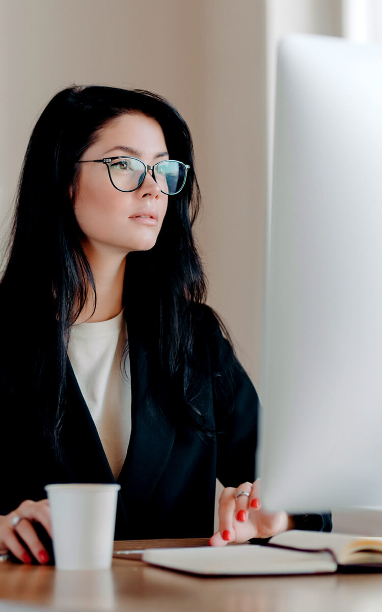 woman working on pc with blue light glasses