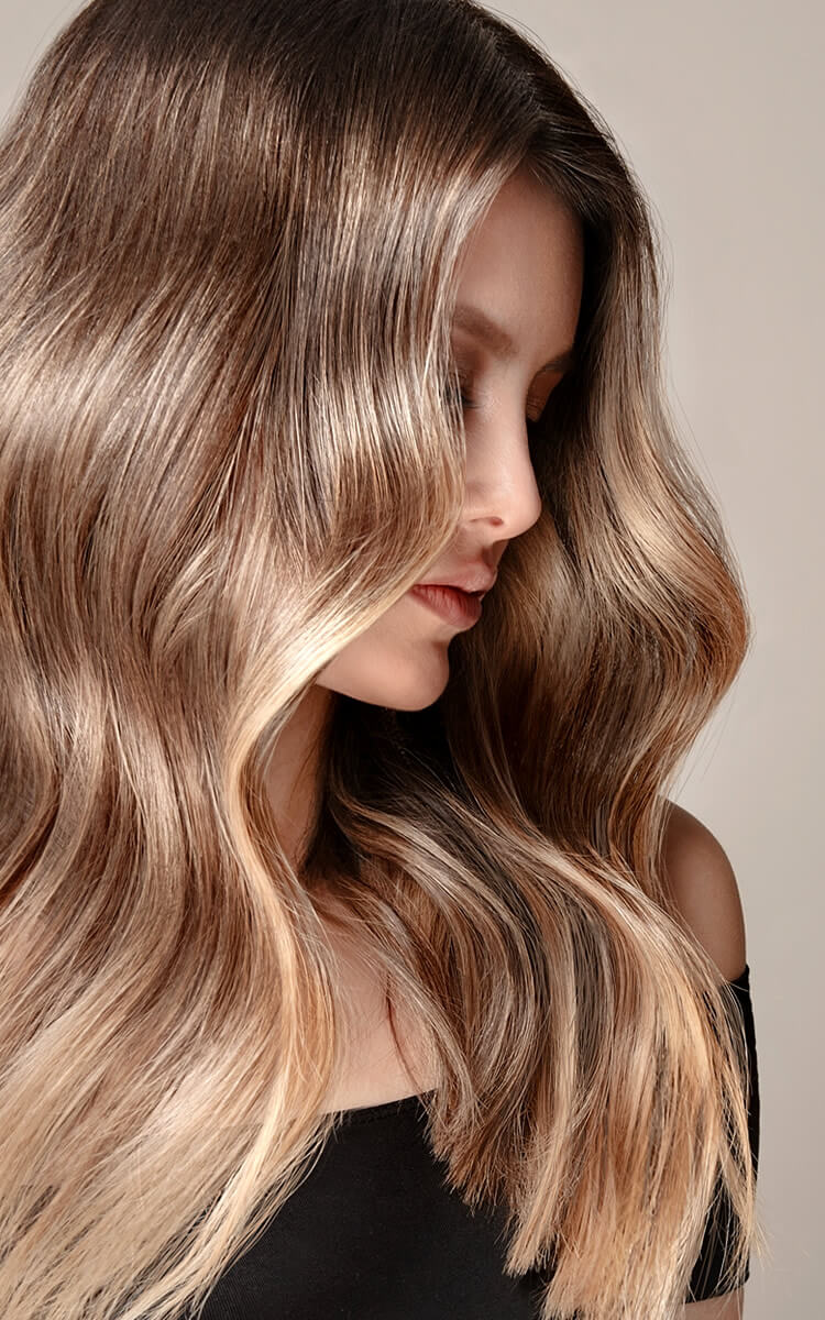 woman with wavy hair hollywood waves hairstyle