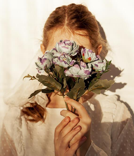 shy woman with low self esteem